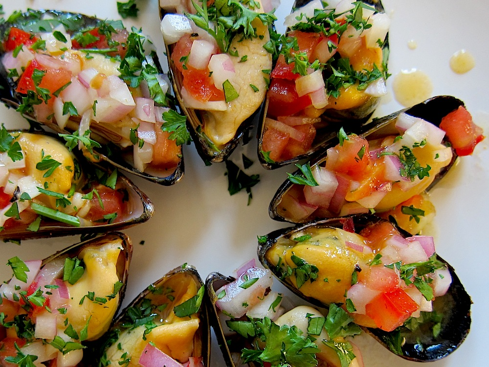 Peruvian Steamed Mussels a la Chalaca